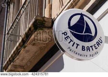 Toulouse , Occitanie France - 06 16 2021 : Petit Bateau Shop Brand Logo And Text Sign On Boutique Ki