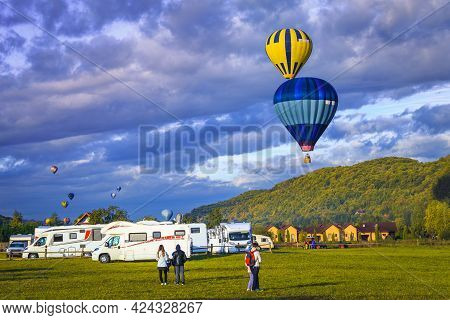 Spectacular Colorful Hot Air Balloons At Sunrise Over The Campsite. Recreation Vehicle Rv Trip, Cara