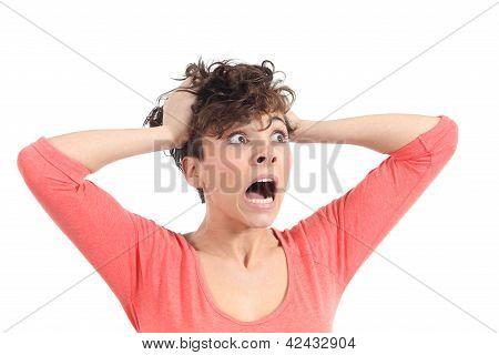 Expresión de mujer histérica con las manos en la cabeza