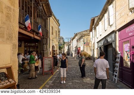 Saint Emilion, France - September 8, 2018: Rue De La Cadene Is Street Leading Down To The Center Of