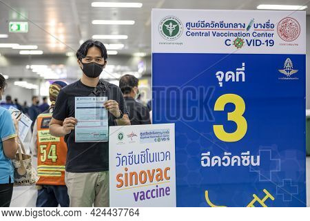 Bangkok, Thailand - 21 Jun 2021: Thai Health Officer Mobilize Vaccination Covid-19 For Commuters In