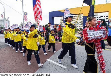 Labuan,malaysia-sept 16,2018:school Kids Wearing Colourful Costumes During Malaysia National Day Par
