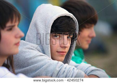 Drei Jugendliche setzten zusammen