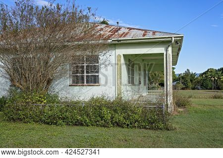 Mackay, Queensland, Australia - June 2021: An Old Abandoned Cottage That Used To Be A Sugar Mill Man