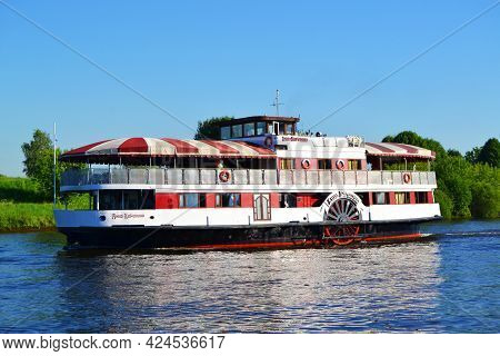 Moscow, June 19, 2021.paddle Steamer Named: Anna Karenina, Goes On The River In The Summer, Editoria