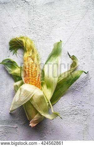 Corn on the cob on a rigid surface