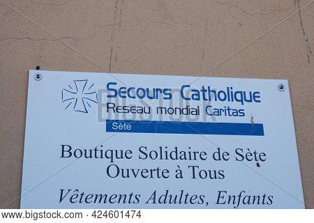Sète , Occitanie France - 06 16 2021 : Secours Catholique Caritas France Logo Sign And Brand Text So