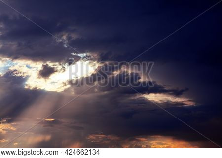 Sunlight Rays And Cloudy Heaven . Fantastic Dark Clouds With Sunlight