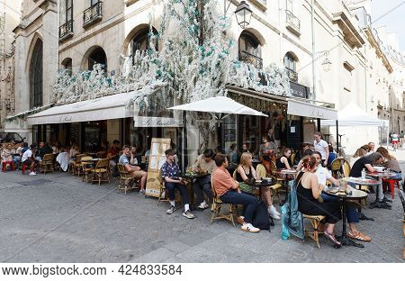 Paris, France-june 21 , 2021 : Cafe Le Paradis Is Traditional French Cafe Located In Les Halles Dist
