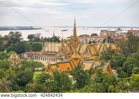 Phnom Penh, Cambodia - August 26 2018: The Royal Palace Is A Complex Of Buildings Which Serves As Th