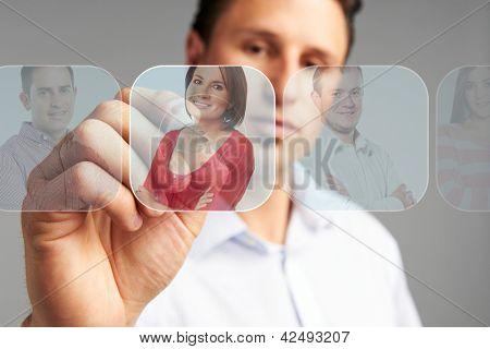 Personalwesen-Konzept: Kaufmann, die Auswahl des besten Kandidaten