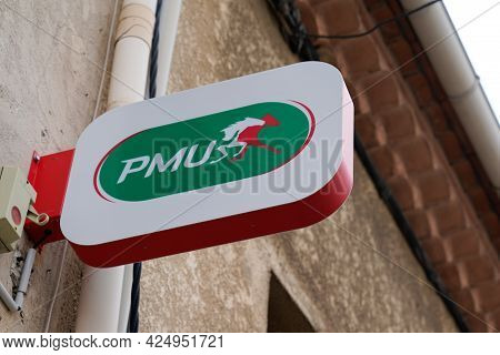 Sète , Ocitanie France  - 06 25 2021 : Pmu Logo Brand And Text Sign Store French Agency For Horse Ra