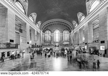 New York, Usa - October 22, 2015:   People At Grand Central Terminal, New York City Which Was First