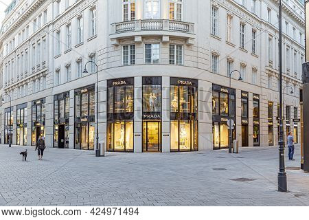 Vienna, Austria - April 25, 2015:  Foreign Tourists  Visit Vienna  And To Go Shopping In The Famous