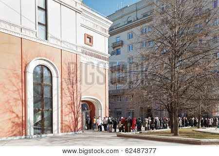 Queue Of Tourists In Tretyakov Gallery, Moscow