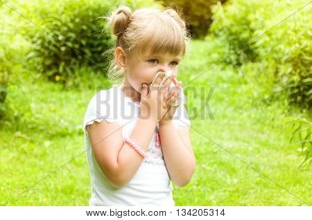 girl are allergic to the pollen of flowers