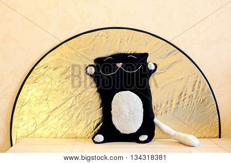 toy black and white cat on a background of the sun in the form of RRF-80 reflector