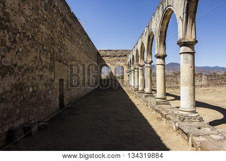 arcada en ex convento dominico del siglo XI, en cuilapam, oaxaca, mexico.