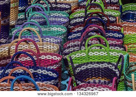 bolsa de mano tejida en colores vivos,tradicional para ir al mercado