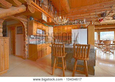 Hermosa cocina en la cabaña de troncos rústicos