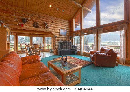 Sala de estar en la cabaña de troncos rústicos