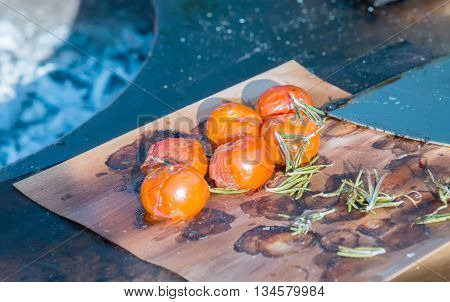 the tomatoes on the grill pan on the table