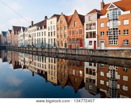 Reflejos matutinos en canal de la ciudad de Brujas