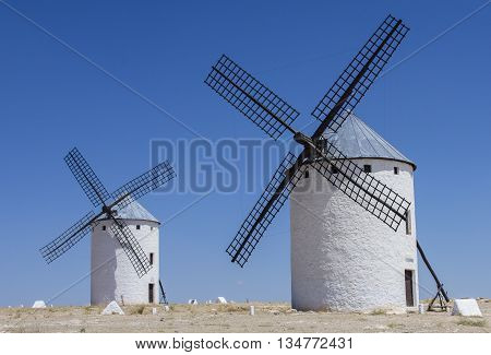 Molinos furiosos a la espera de la llegada de Don Quijote