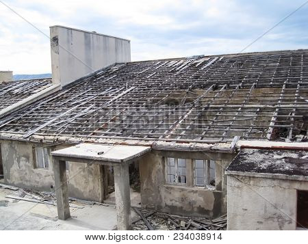 Colapsed Roof Top With Many Transverse And Longitudinal Beams On Cloudy Day|naked Island