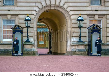 London, Uk - November 29, 2017: Soldiers On Guard At Buckingham Palace, Part Of Contingents Of Infan