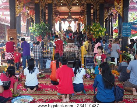 Samutsakorn , Thailand - March 3 , 2018 : Unidentified Buddhist People Making Merit At The Temple