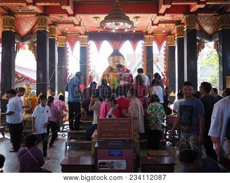 Samutsakorn , Thailand - March 3 , 2018 : Unidentified Crowded Buddhist People Worshiping At The Tem