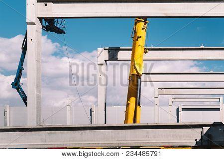 Industrial Crane Lifting Concrete Beams, Prefabricated Cement Beams