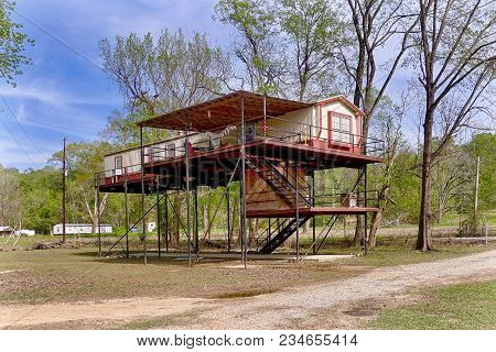 Grand Gulf, Usa, 2018.04.01.: A House On Stilts Near The Mississippi River At Grand Gulf In The Usa.
