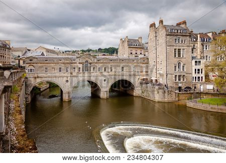 BATH, UK - JUN 11, 2013: View of Palladian Pulteney Bridge and the weir on the River Avon