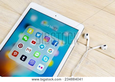 Sankt-petersburg, Russia, April 5, 2018: Apple Ipad With Icons Of Social Media Facebook, Instagram,