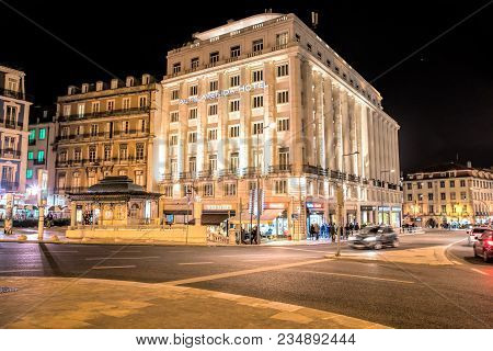 Lisbon - April 01 , 2018 :  Hotel At Night In Restauradores Square In Lisbon. Restauradores Square