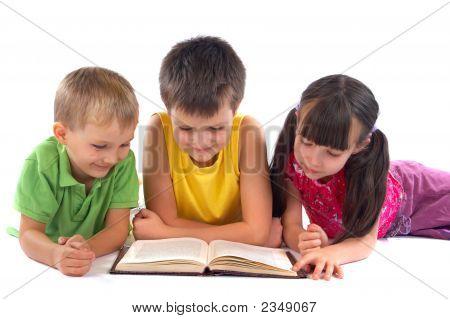Crianças lendo o livro