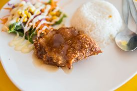 Jasmine Rice Topped With Crispy Chicken Spicy Salad Mixed With Vegetables,