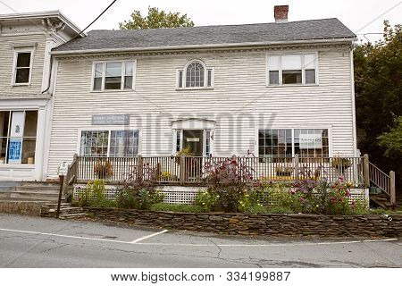 Quechee, Vermont - September 30th, 2019:  Shops And Restaurants In The Quaint New England Town Of Qu