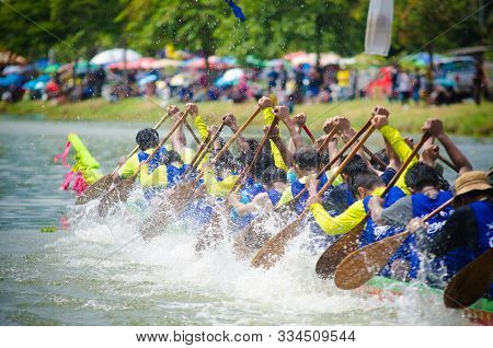 Samut Sakhon,thailand- August 2019 : Unidentified Crew In The Annual Long Boat Race Of Samut Sakhon