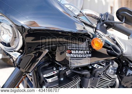 Bordeaux , Aquitaine  France - 09 20 2021 : Harley Davidson Logo Brand And Text Sign On Tank Of Amer
