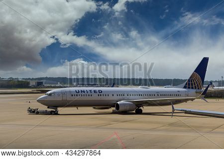 20 September 2021 Houston, Tx Usa: Huge Vehicle Pushing Back A Airplane United Airlines In Airport H