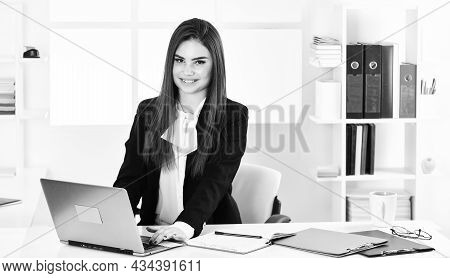 Pretty Woman Notary At Work Laptop. Bank Worker. Business Challenges. Licensed Notary. Notaries And