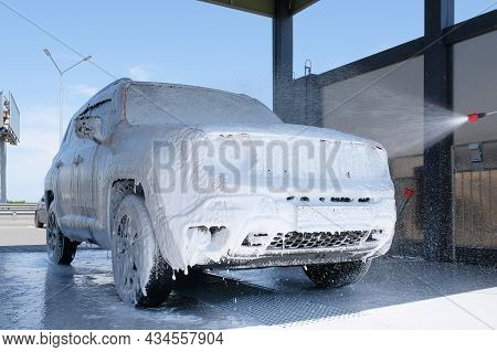 Car Wash With Soap. Manual Car Wash With Pressurized Water In The Car Wash Outside