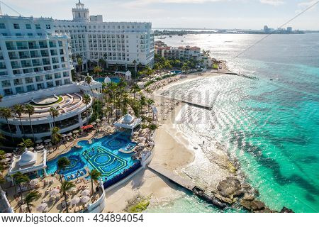 Cancun, Mexico - September 17, 2021: View Of Beautiful Hotel Riu Palace Las Americas In The Hotel Zo