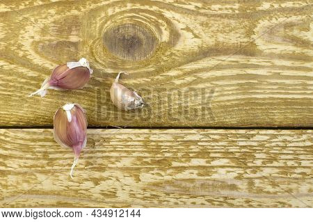Dried Garlic On Glass Plate Close Up Flat Lay Photo On Grey Textured Wooden Background Top View