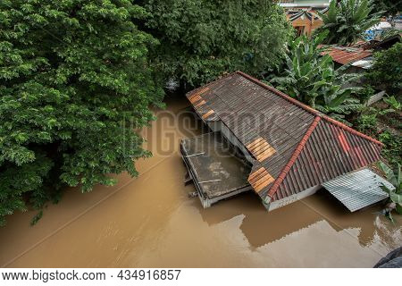Houses In Thailand Were Flooded With Wild Water Until Only The Roof Was Visible.