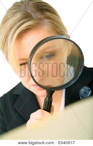 ernsthafte Investigator untersuchen Ordner