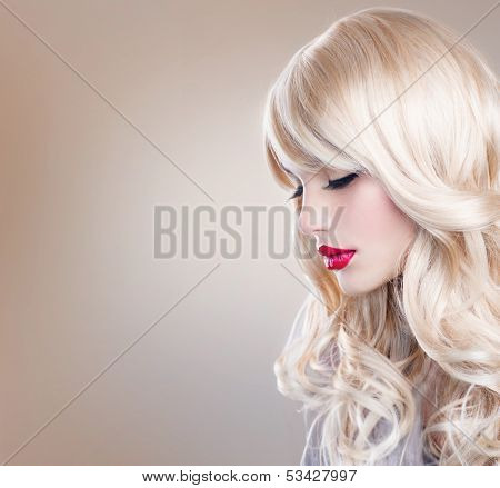 Beauty Blonde Woman Portrait. Beautiful Blond Girl with Healthy Long Wavy Hair. White Hair. Hairstyle. Beauty Sexy Model. Perfect Skin and Make up. Pretty Face. Hair Extensions